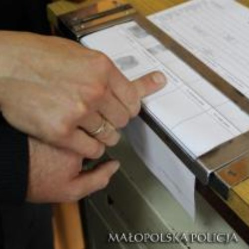 """Małopolscy policjanci zatrzymali 3 oszustów wyłudzających pieniądze od starszych osób metodą na """"wypadek krewnego"""""""